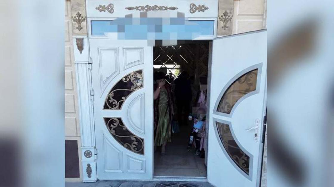 Несколько людей стоят за открытыми дверями заведения