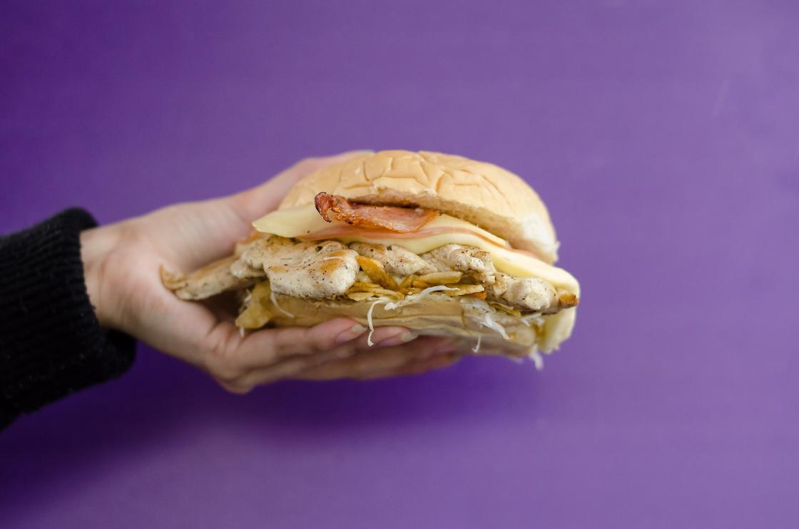 бургер в руке