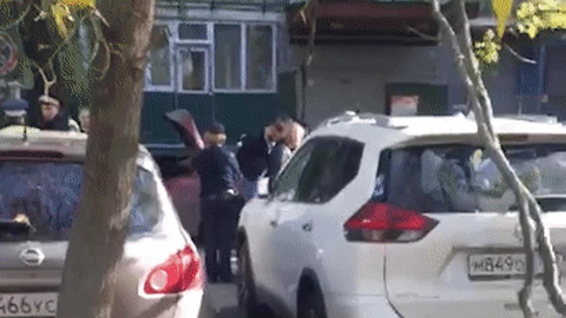 Пакетики из-под кокаина, пистолет и патроны: сына вице-президента МТС задержали в Москве (видео)