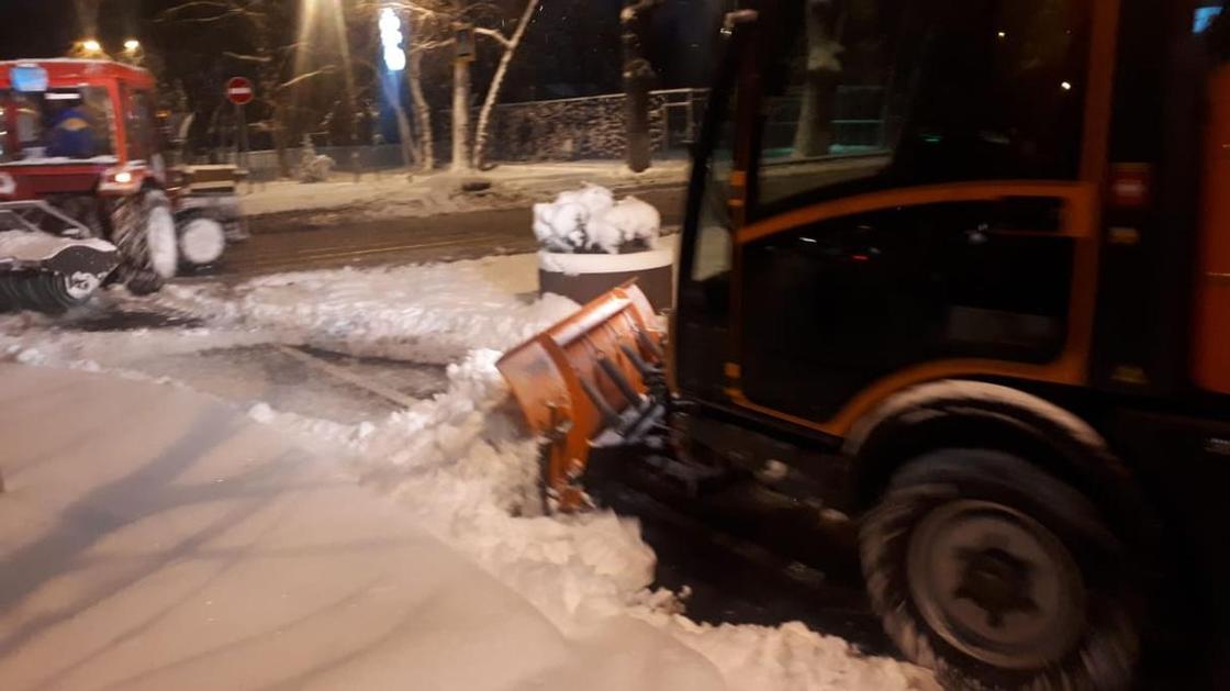 Заторы, аварии, гололед на дорогах: в Алматы выпало 15 сантиметров снега (фото, видео)