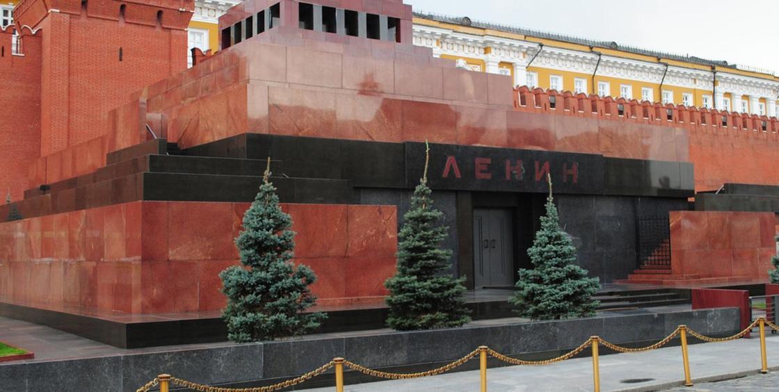 """""""Вставай, вставай!"""": мужчина пытался облить мавзолей Ленина маслом"""