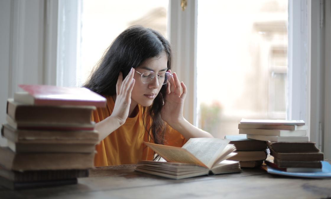 девушка учится за книгой