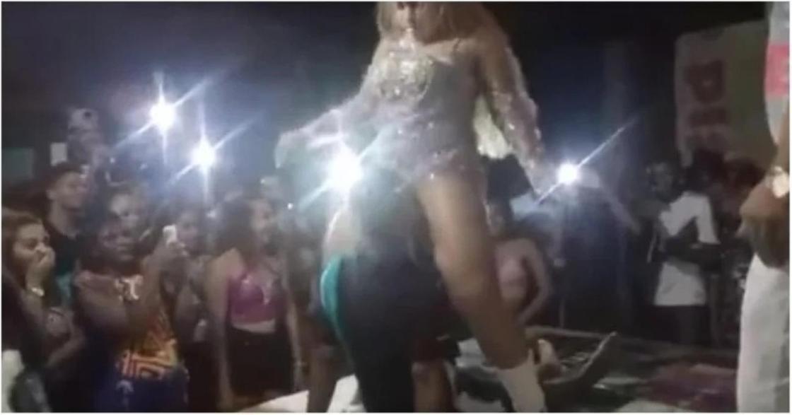 Девушка избила своего парня за излишнее внимание к промежности танцовщицы