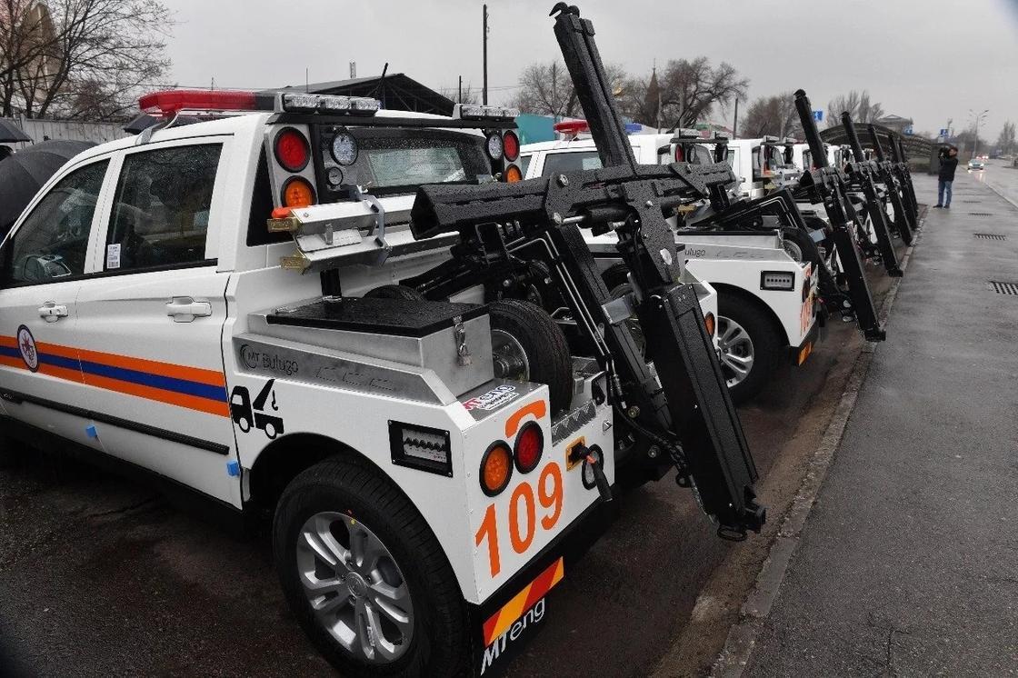 Погрузить за 120 секунд: в Алматы закупили новые маневренные эвакуаторы (видео)