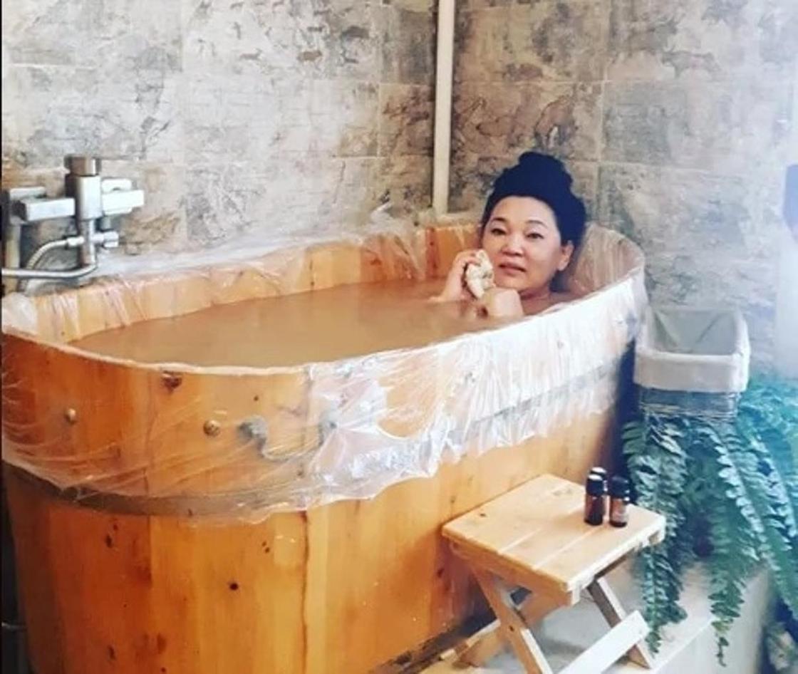 Жартылай жалаңаш суретін жүктеген Жанар Айжанованы көпшілік сынап тастады. Фото: Instagram