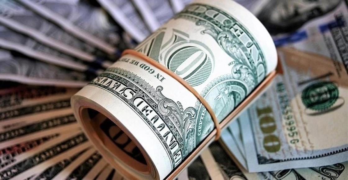 Завладел 200 тыс. долларов: чиновник из Алматы задержан с поличным