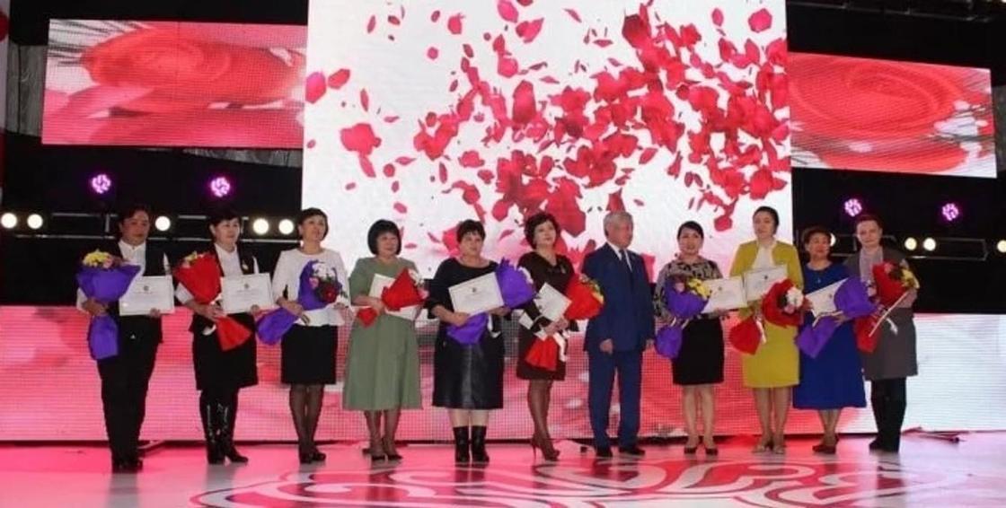Сапарбаев қыз-келіншектермен бірге ана туралы ән шырқады (видео)