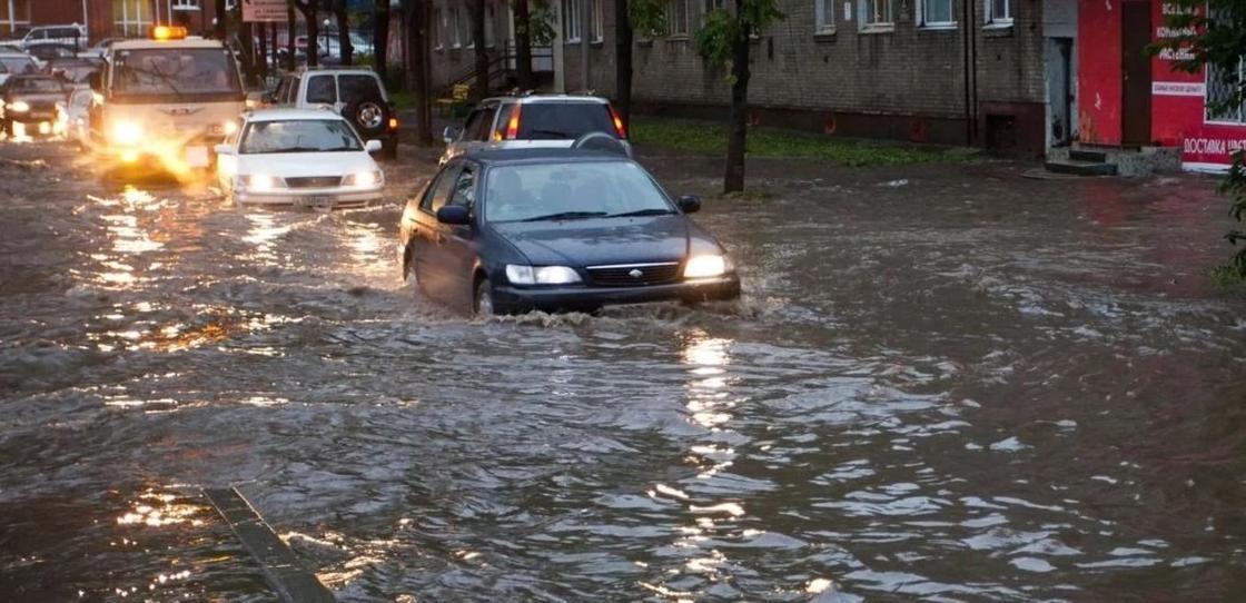 Штормовое предупреждение из-за дождя объявлено по всему Казахстану