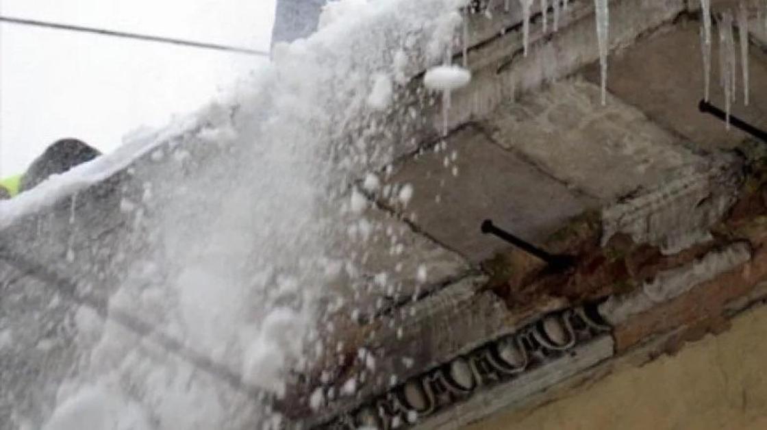 В Астане на женщину упал снег с крыши