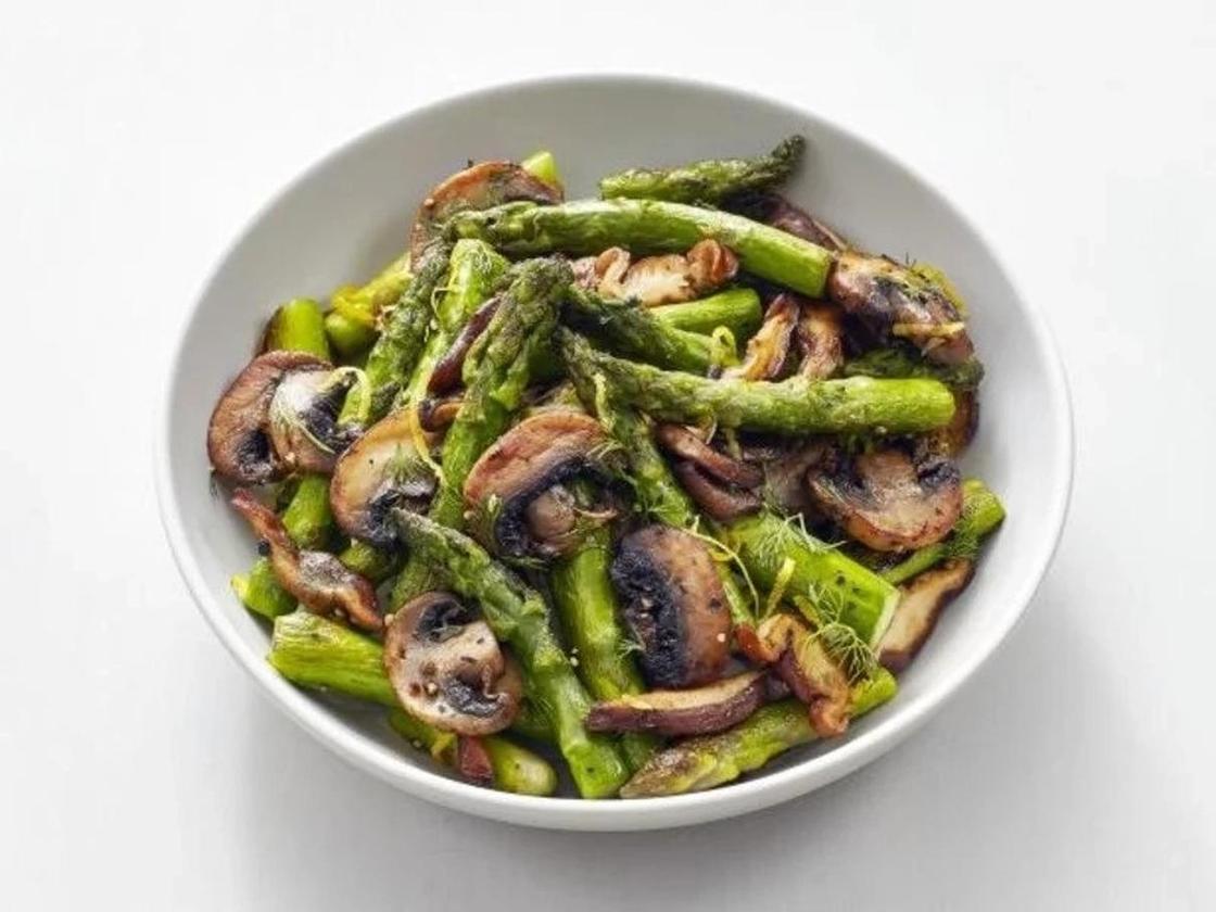Теплый салат со спаржей и грибами
