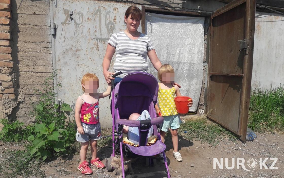 Семья с тремя детьми живет в гараже в Уральске
