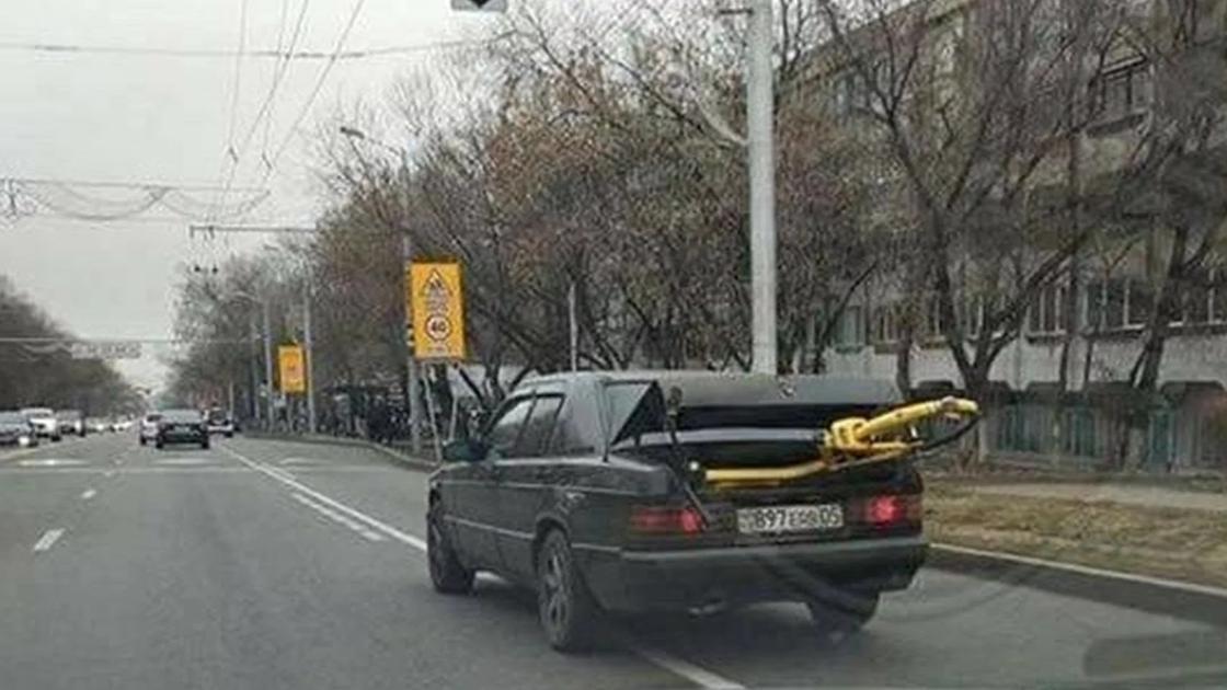 В соцсетях распространяются фото с автомобилями, которые выезжают из Алматы с торчащими из багажников велосипедами