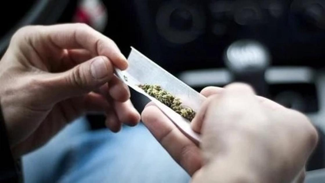 В аэропорту Алматы задержан сотрудник антикоррупционной службы с пачкой сигарет с наркотиками