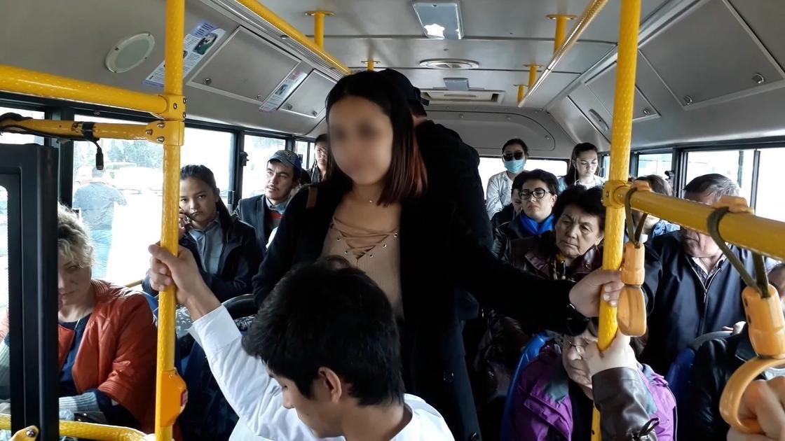 Пассажиры и кондуктор стали помогать найти студентке сворованный телефон