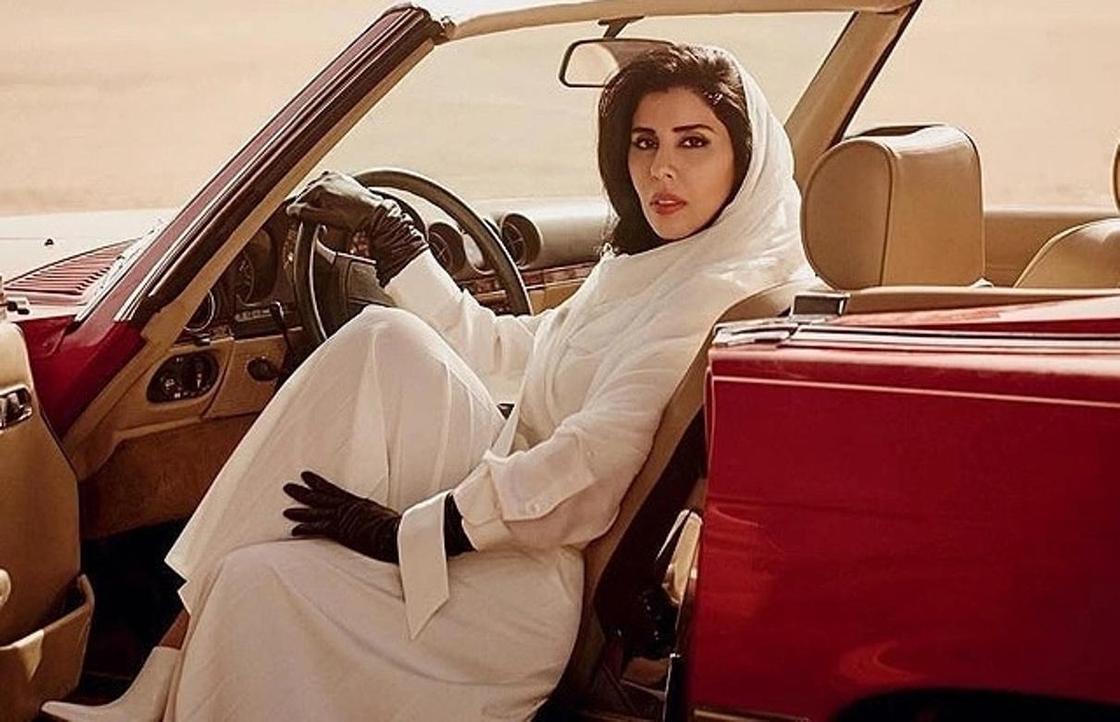 Принцесса Саудовской Аравии появилась на обложке Vogue за рулем авто (фото)