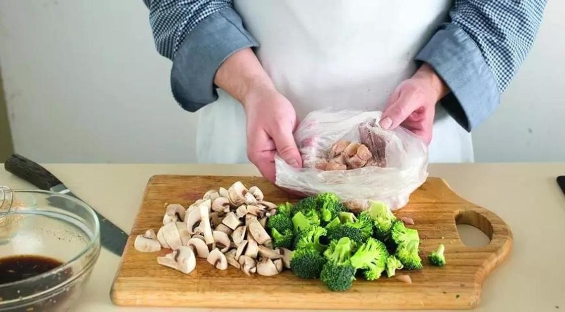 Салат с брокколи, курицей и грибами