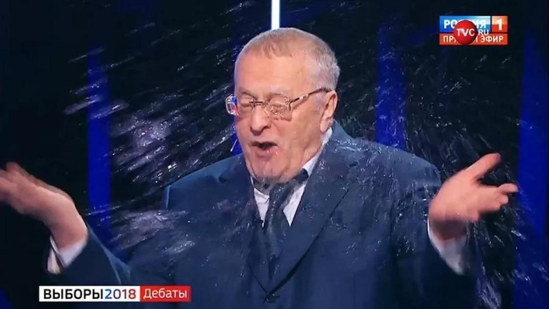 Атышулы Собчак қарсыласы Жириновскийдің бетіне су шашып жіберді (видео)