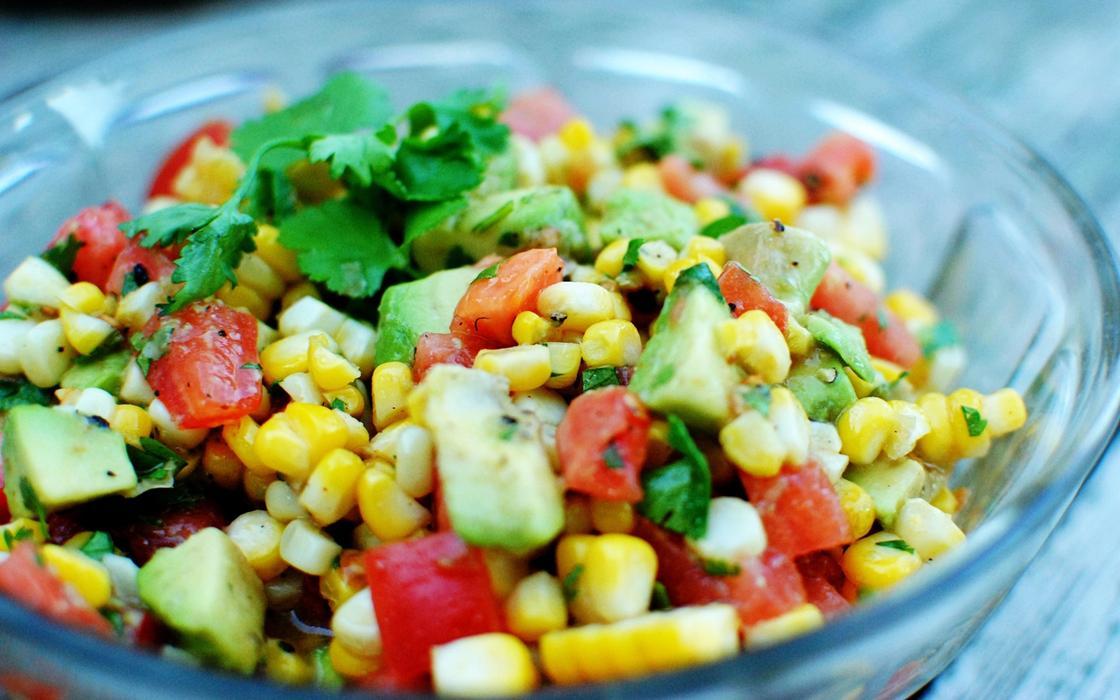 Салат из овощей с кукурузой