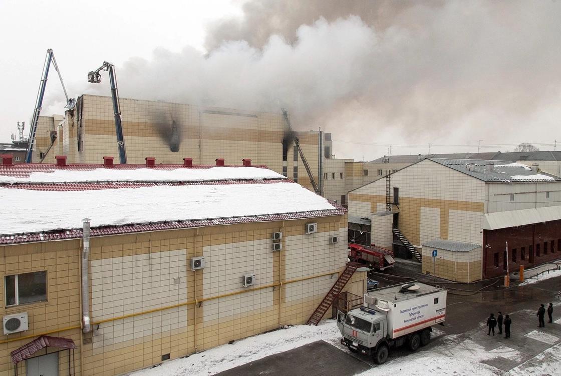 17 человек пропали без вести при пожаре в торговом центре