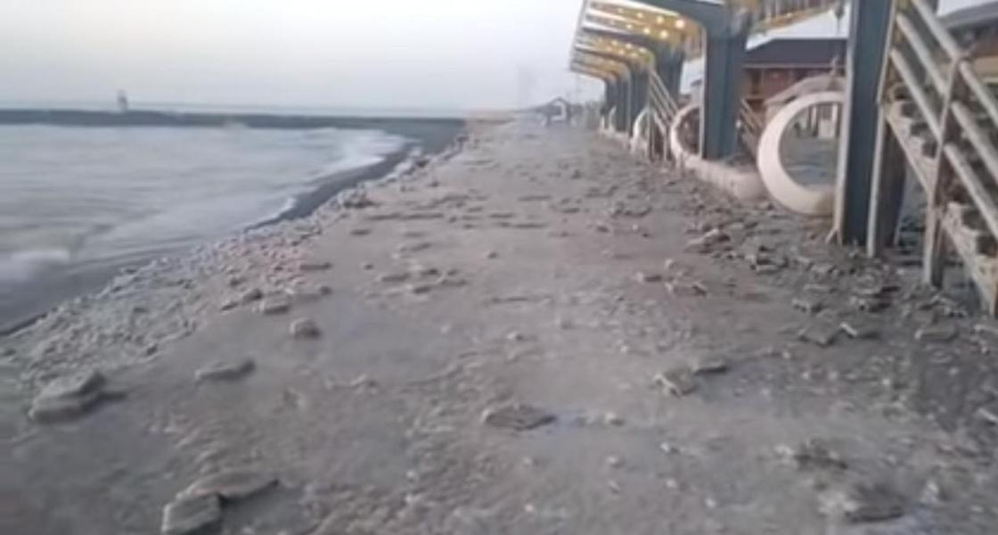 Два метра береговой линии канули в воду: волны разрушают набережную Алаколя (видео)