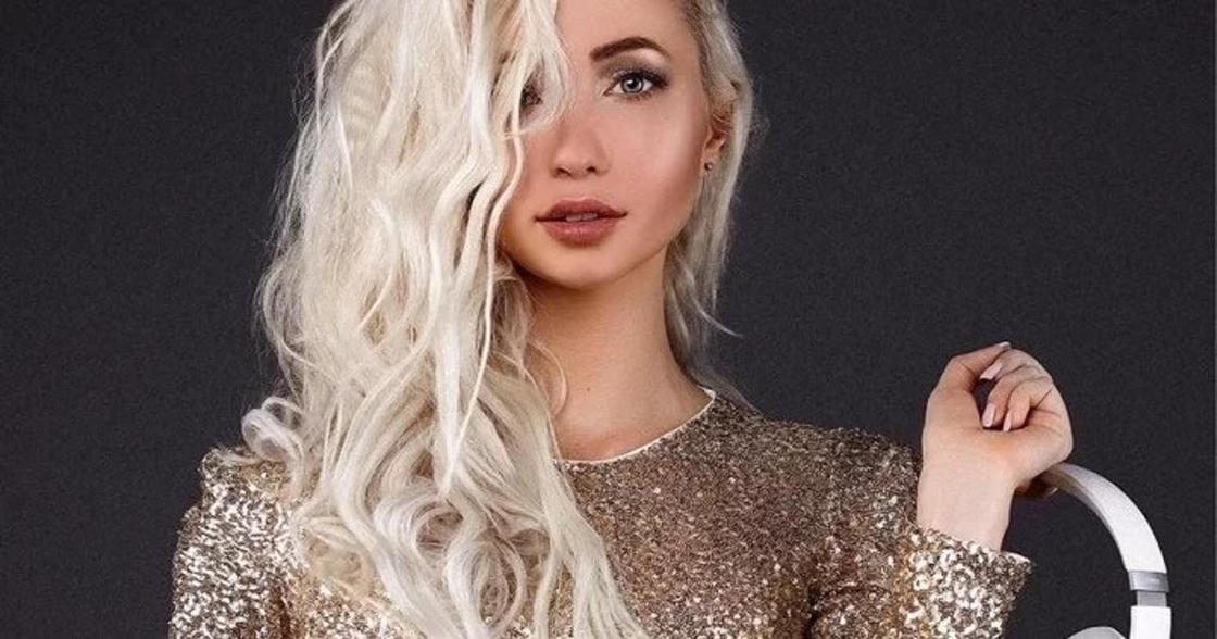 Певица Юлия Берг на модном показе в Москве ублажала друга