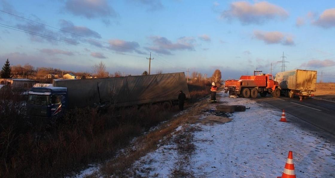 Казахстанская фура разгромила дачу, вылетев в кювет на самарской трассе