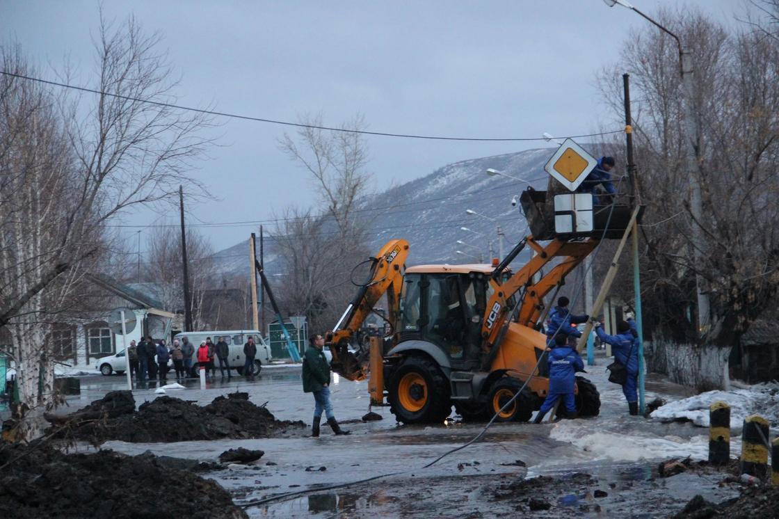 «Мы купим вам новый дом»: Даниал Ахметов успокоил жителей подтопленных сел ВКО (фото)