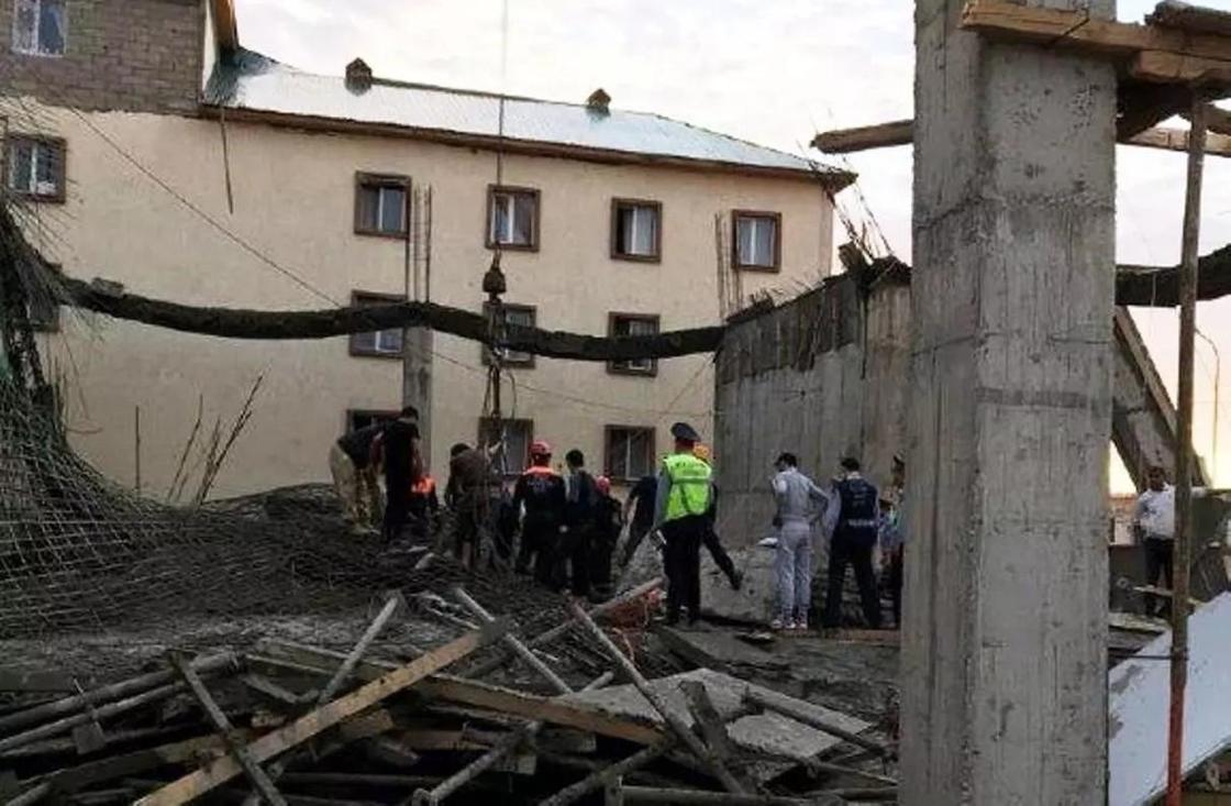 Строящийся коттедж рухнул в Астане: под завалами оказались рабочие (фото)