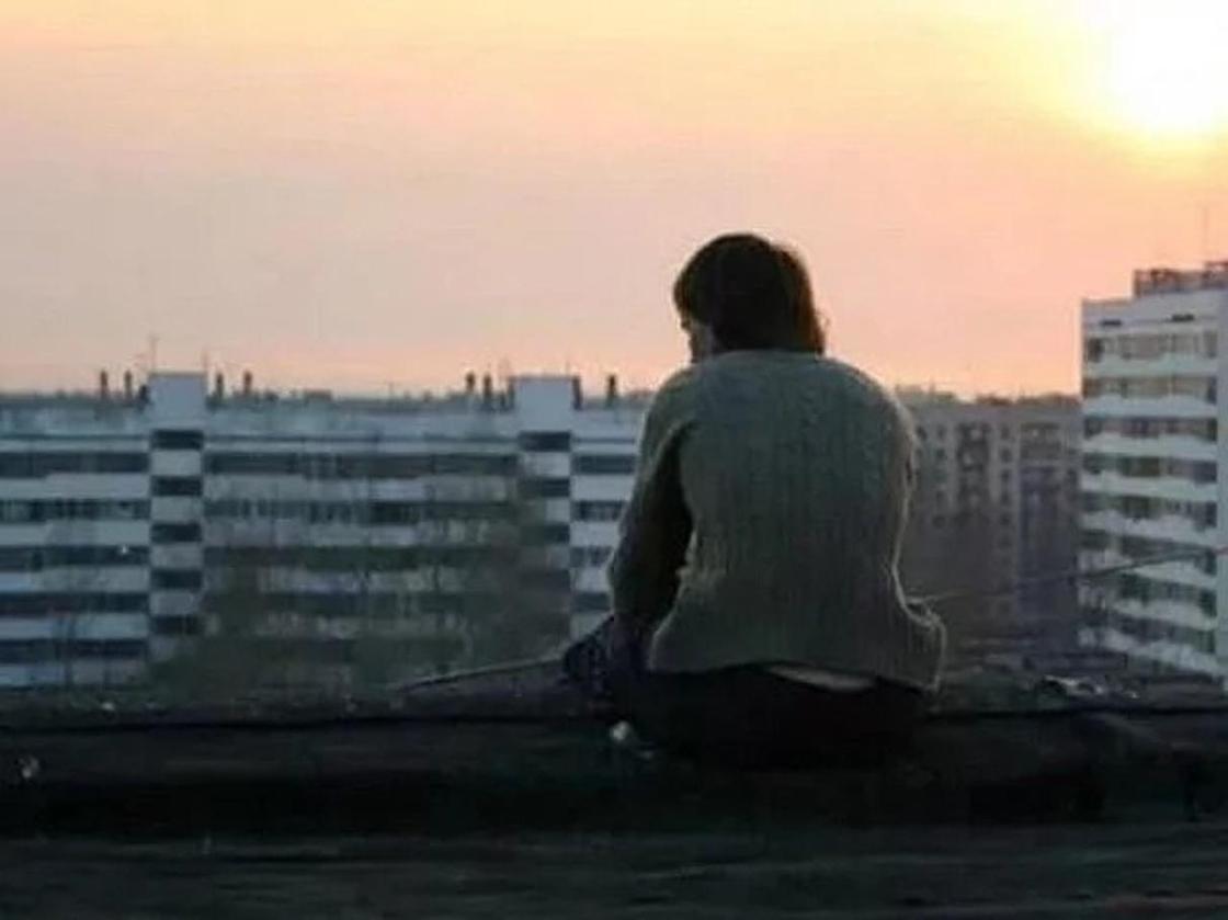 Мужчина пытался спрыгнуть с крыши многоэтажки после ссоры с любимой в Астане