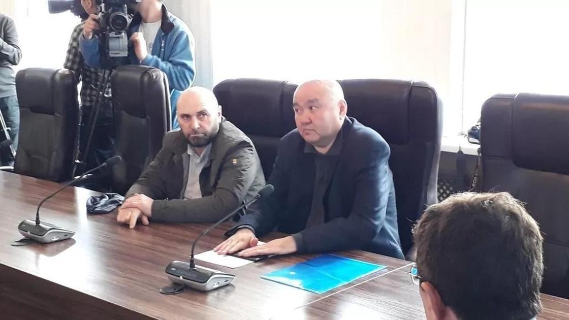 """Директор автовокзала """"Саяхат"""" Ахмет Алероев (слева)"""