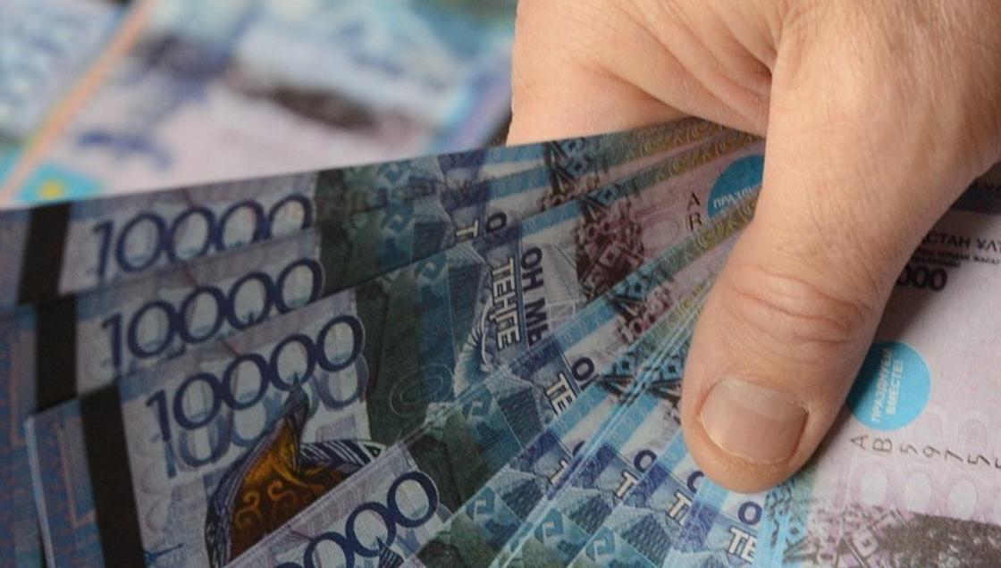 Перевела 783 тыс. тенге на счет мужа: работника МИД подозревают в хищении