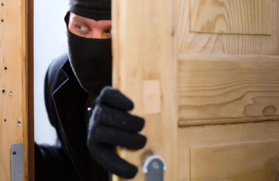 Подозреваемых в поджоге квартиры и краже 15 млн тенге задержали в Астане