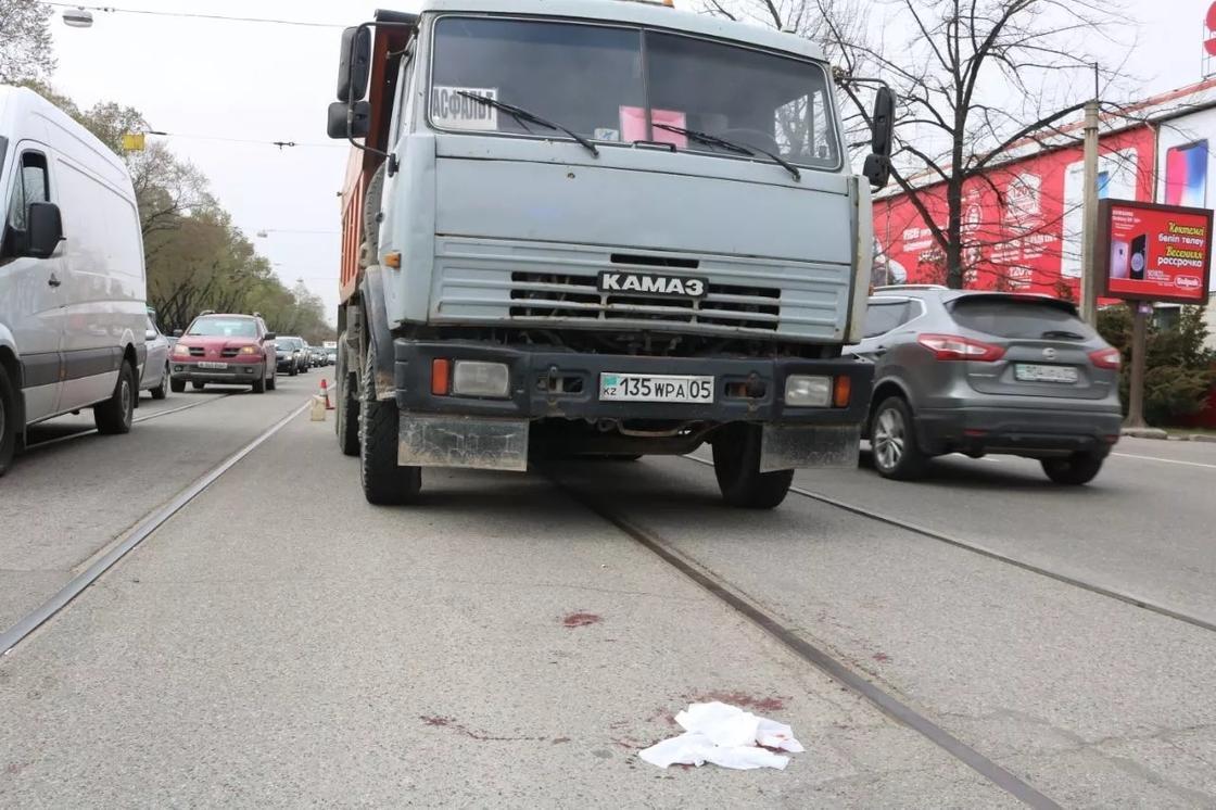 Пешеход пострадал в ДТП с участием грузовика в Алматы