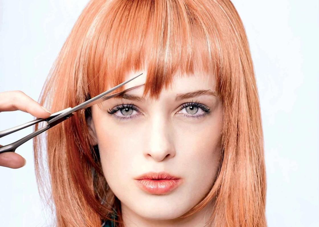 Стрижки на средние волосы с челкой на бок