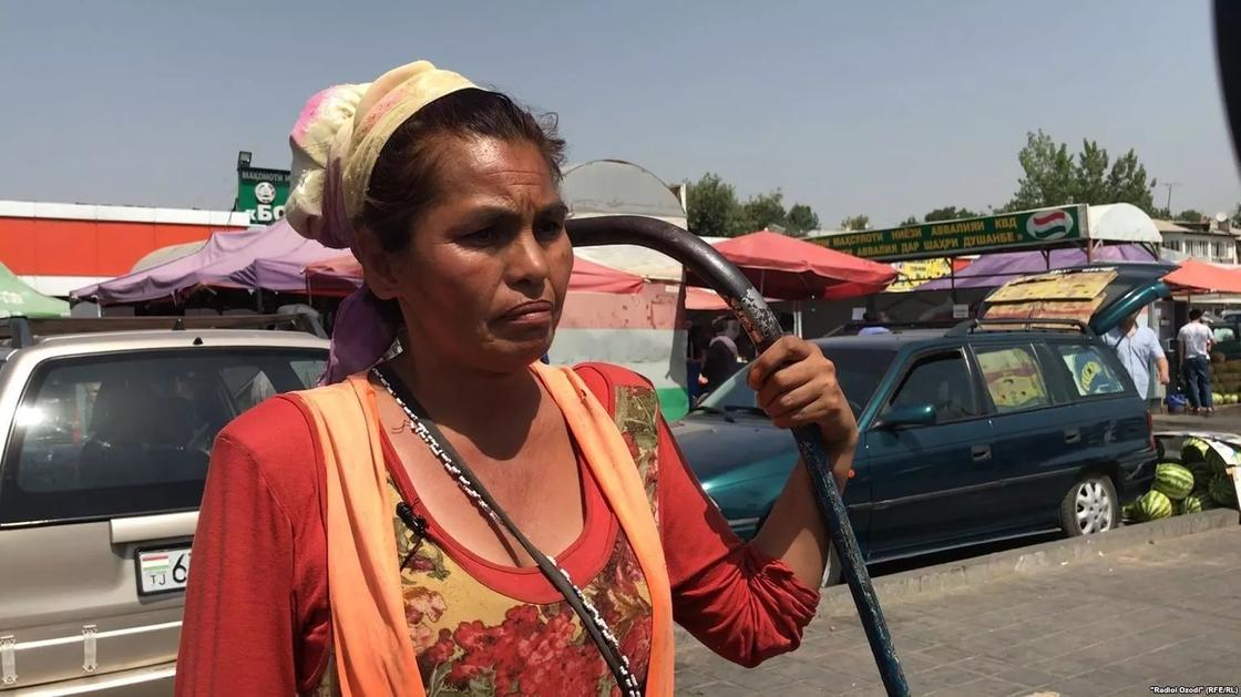 Казахстанка работает арбакешом на рынке в Душанбе, чтобы прокормить детей