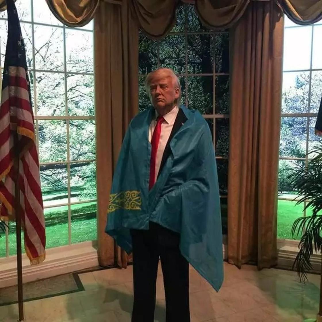 Қазақтың көк байрағын жамылған Дональд Трамптың суреті