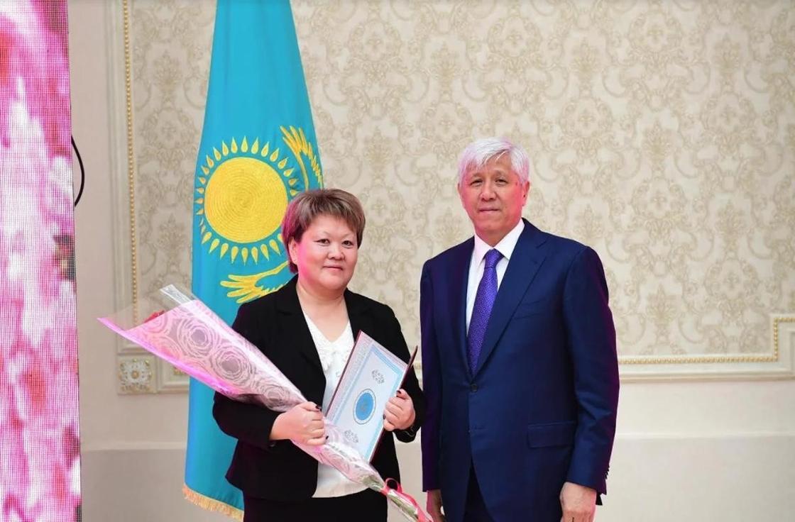Аким Алматинской области поздравил женщин с 8 марта (фото)