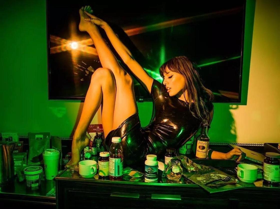 13 фото из обычной жизни экзотической красавицы - порноактрисы Джэнис Гриффит