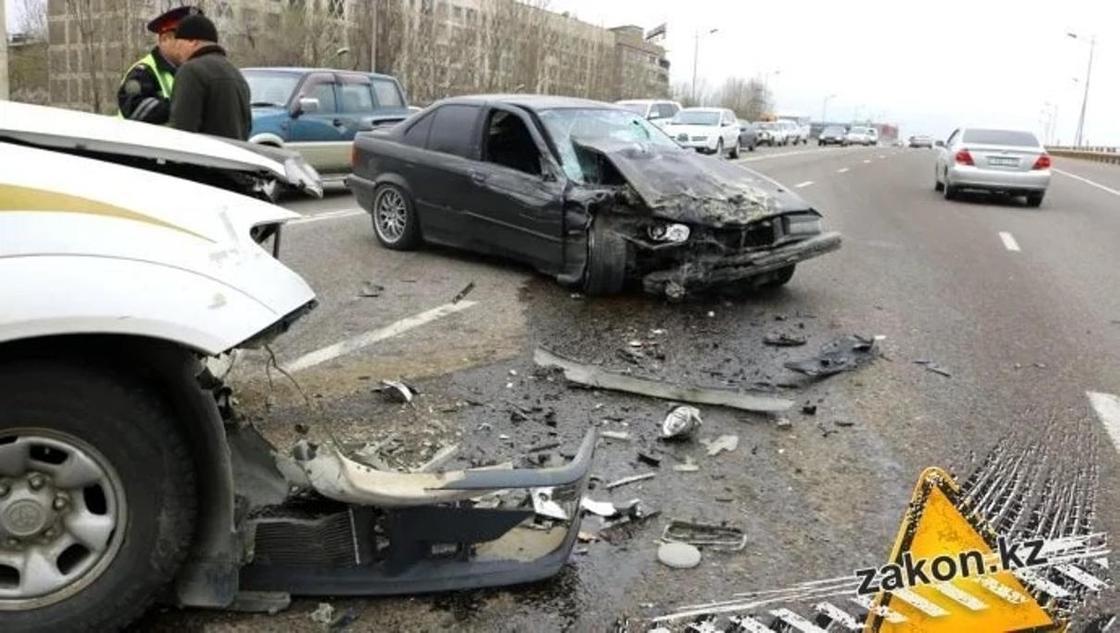 BMW на высокой скорости совершил двойное ДТП в Алматы (фото)