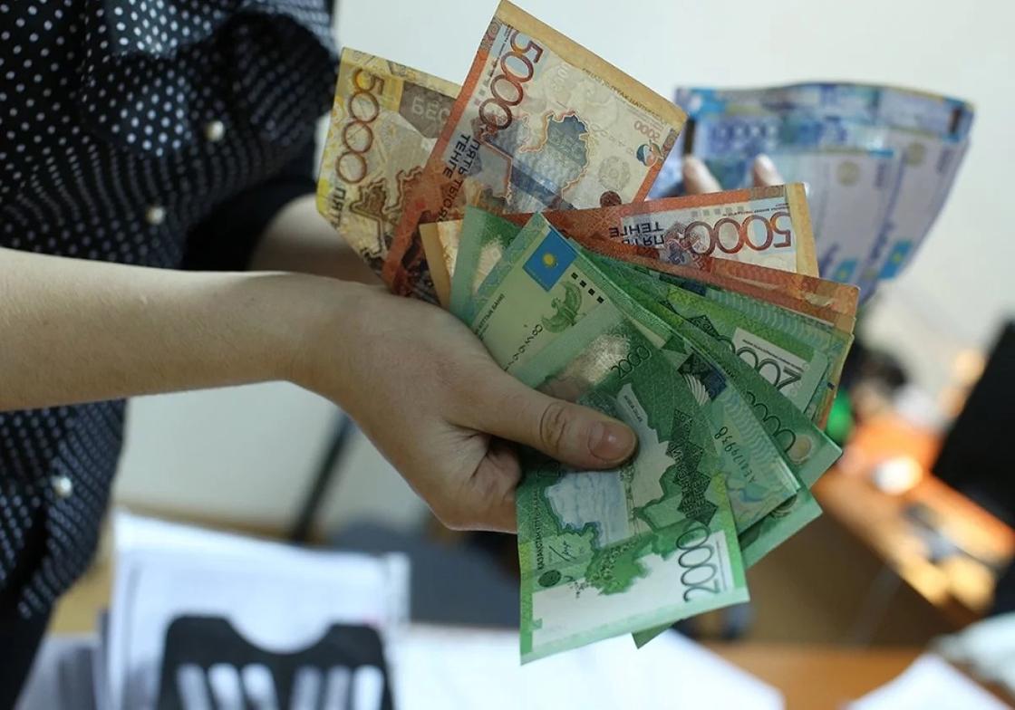 Кассир АЗС в Астане похитила деньги для погашения долга