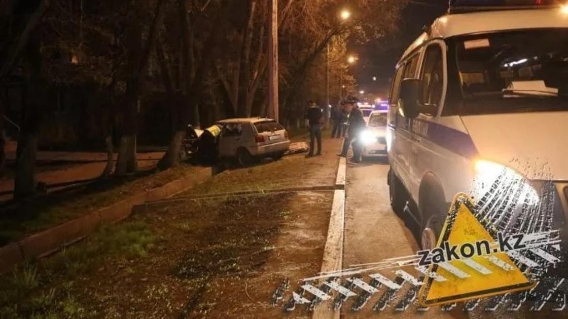 Молодой парень погиб за рулем авто, врезавшись в дерево в Алматы (фото)