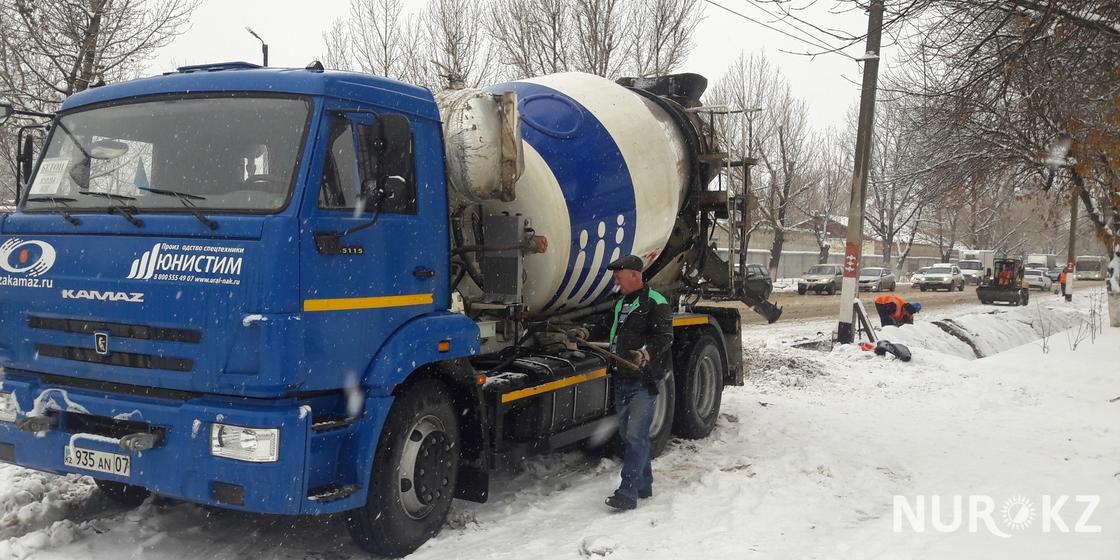 В снегопад проводят дорожный ремонт в Уральске