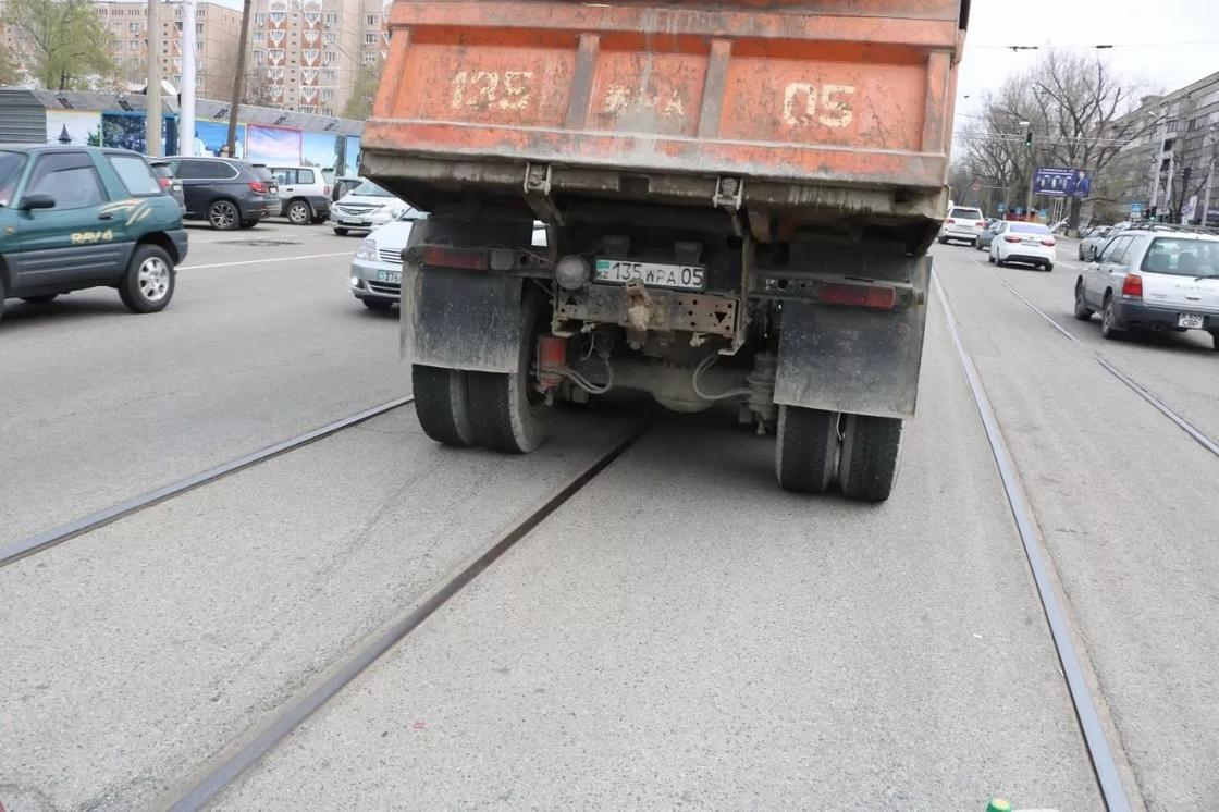 КамАЗ сбил пешехода в Алматы (фото)
