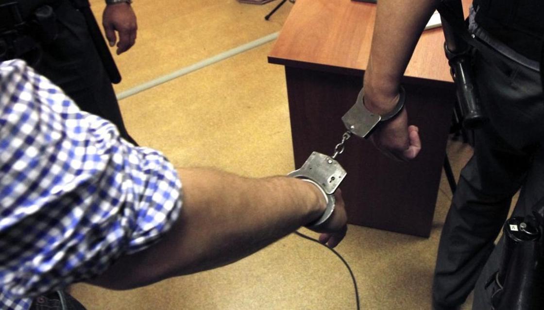 Вору-рецидивисту отменили условный срок и закрыли в камере в зале суда в Караганде
