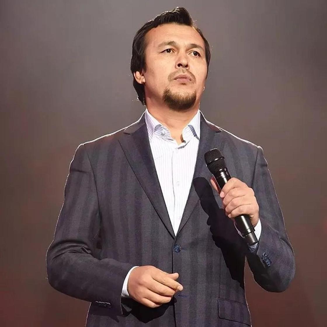 Танымал әнші Тұрсынбектің әзіл-сықақ театрын сынап, ақылдары таяз екенін айтты
