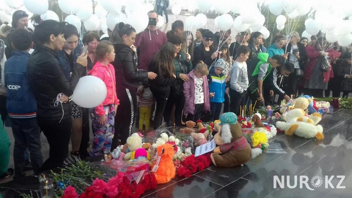 В городах Казахстана запускают белые шарики в память погибших в пожаре