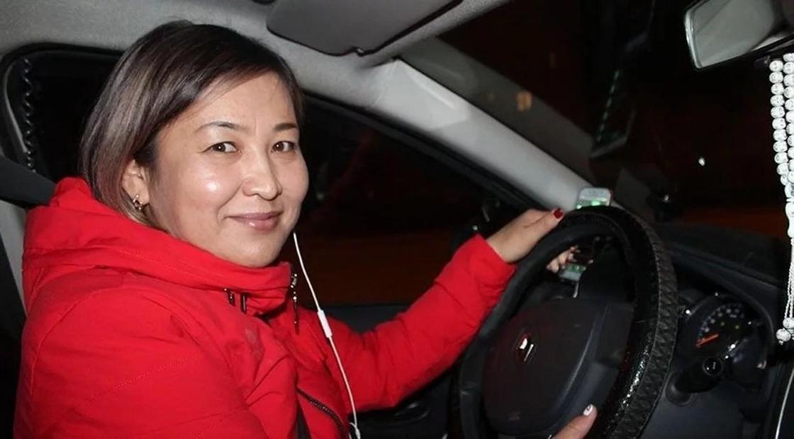 Чувствую себя роботом: Женщина с тремя дипломами работает таксистом в Уральске