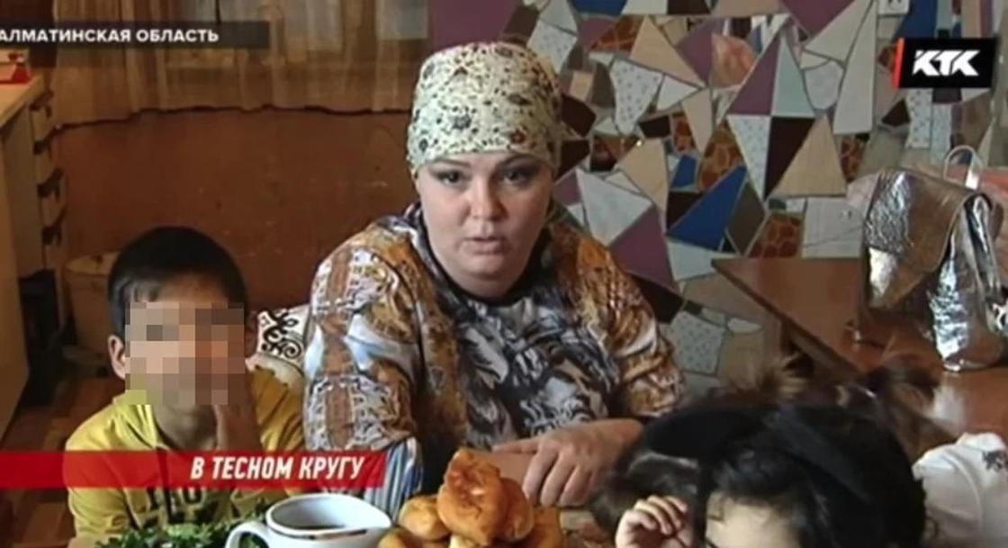 Женщина с 19 детьми ютится в крохотном доме в Алматинской области