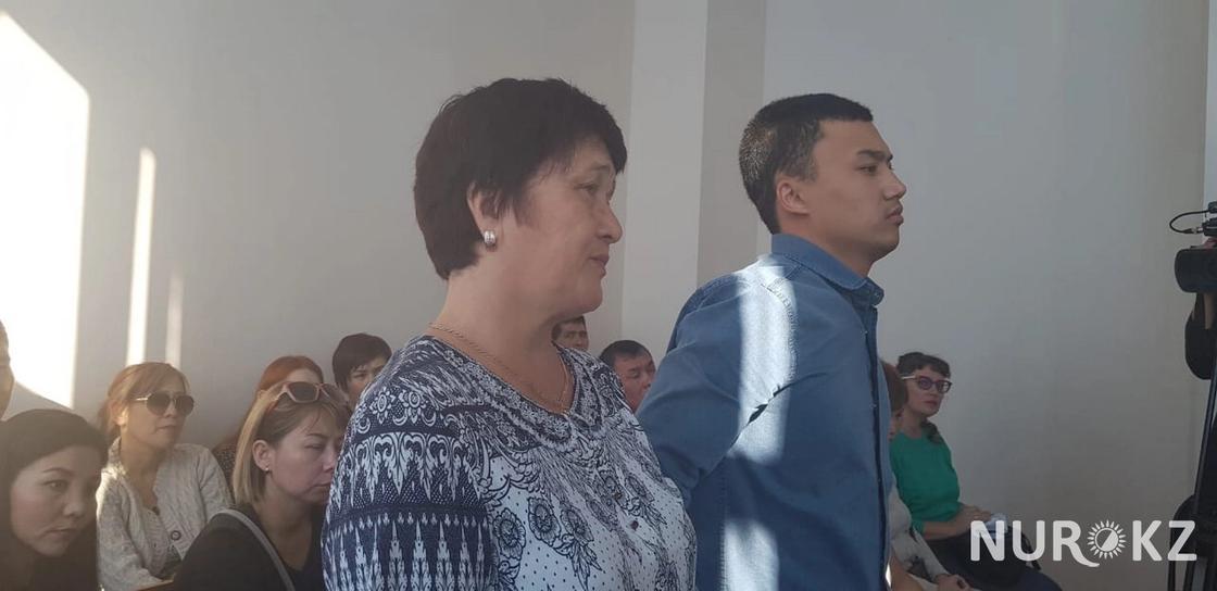 Марқұмның анасы Айша Төлемісова күйеу баласымен