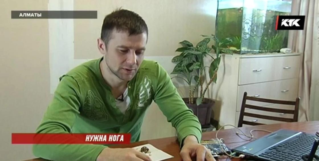 Чемпион Казахстана без ноги собирает на протез, продавая в Алматы сувениры
